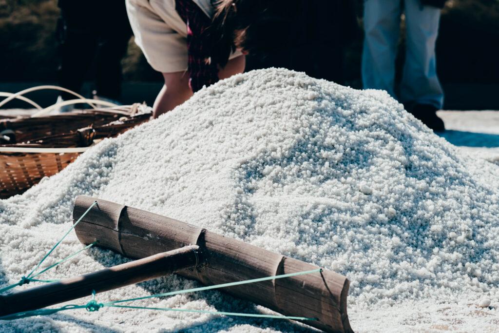 體驗使用傳統收鹽工具