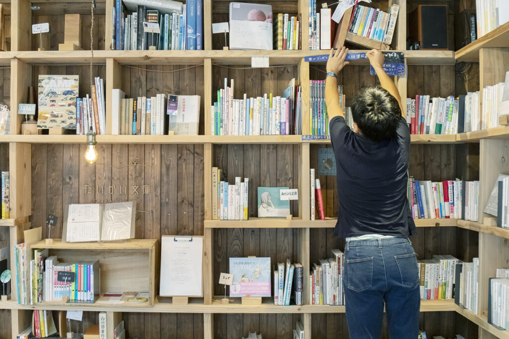 5-採一人一書櫃的共同經營系統 以合夥人的身分在書櫃上擺放自己喜歡的書籍